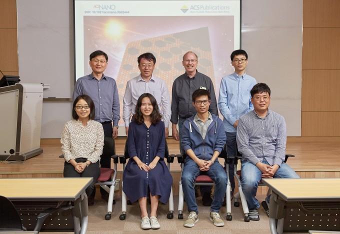 UNIST 자연과학부의 로드니 루오프 특훈교수(IBS 다차원 탄소재료 연구단장)의 연구팀은단결정 구리-니켈 합금 포일(foil)을 이용해 단결정 그래핀의 성장 속도를 약 10배 이상 높일 수 있는 기술을 개발했다. 사진은 로드니 루오프 특훈교수 연구팀 모습 - UNIST 제공