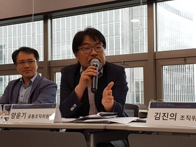 오는 7월 한국에서 열리는 제 39회 국제고에너지물리학회(ICHEP) 공동준비위원장인 서울대 물리학과 교수가 행사 의의와 준비과정에 대해 설명하고 있다 -김진호 기자 제공