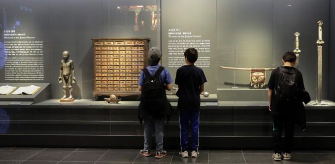 관람객들이 국립고궁박물관 과학문화실을 관람하고 있다. 보고 있는 것은 조선의 의학(왼쪽)과 무기(오른쪽) 분야 유물들.
