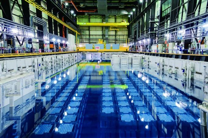 사용후핵연료를 저장·보관할 때는 부식되지 않도록 물의 온도와 불순물 농도 등을 제어하는 고도의 기술이 필요하다. 사진은 프랑스 국영 원자력그룹 아레바가 라하그 지역에 건설한 재처리 시설. - Areva