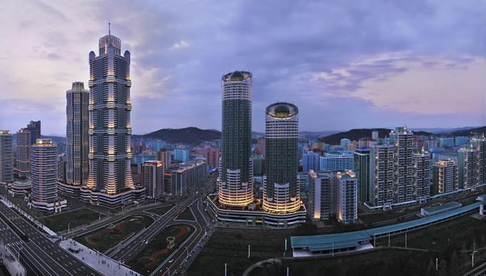 강화된 과학기술중시노선(정책)에 따라 지난해 4월 북한 평양에 완공된 과학자 주거복합단지 '려명거리'. 70층 높이의 주상복합 아파트(가운데) 등 고층빌딩이 즐비하다. 이곳 건물들은 태양전지를 활용하는 등 친환경 건축물로 지어졌다. - 조선의오늘
