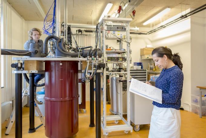 인텔과 함께 양자컴퓨터 기술을 연구 중인 네덜란드 스타트업 큐테크(QuTech)에서 연구자들이 양자컴퓨터 기술을 연구 중이다. 인텔은 2017년 큐테크에 17개 양자로 된 실험용 초전도 양자컴퓨터칩을 공급했다. -사진 제공 큐테크