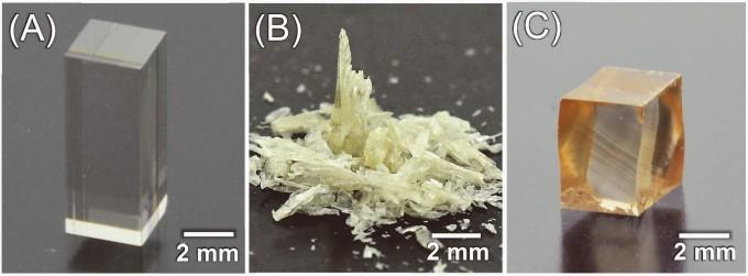 일본 연구팀이 개발한 변형되는 반도체. 빛이 있는 곳에서 압력을 가하면 부서지지만, 빛이 없는 환경에서는 45%까지 변형된다(오른쪽 사진). -사진 제공 사이언스