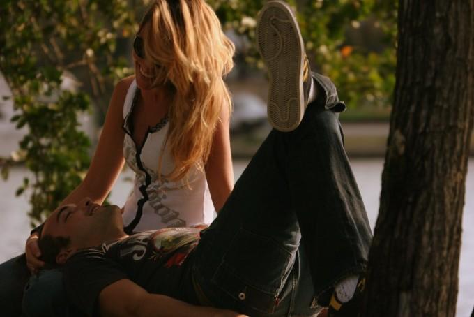 부모와 안정적인 애착관계를 형성하지 못하면 훗날 남녀관계를 비롯해 인간관계에 문제가 생길 가능성이 높다. 이 경우 사람을 대신에 물건이나 동물에 강한 애착을 보이는 성향이 생길 수 있다. -위키피디아 제공
