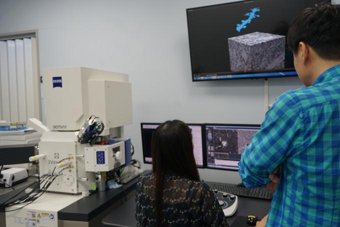 김진섭 한국뇌연구원 뇌신경망연구부 책임연구원(오른쪽)팀이 전자현미경 영상을 통해 만든 신경세포 말단의 구조를 확인하고 있다. 신경세포의 구조와 연결망을 일일이 파악하면 뇌지도를 만들 수 있다. -사진 제공 한국뇌연구원