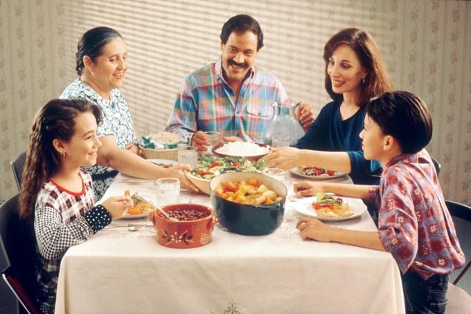 식사는 가장 행복한 경험 중에 하나다. 그런데 현대인의 상당수는 이러한 식사로 인해서 몸과 마음의 병을 얻고 있다. - 위키미디어 제공