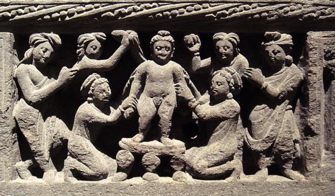 싯다르타는 생후 일주일 뒤 어머니가 죽었지만 이모와 시종들의 극진한 돌봄을 받으며 자랐다. 아기 싯다르타를 목욕하는 장면을 담은 2세기 간다라 조각상이다. - 베를린 동아시아박물관 제공