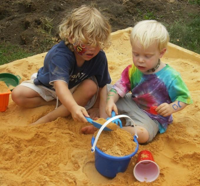 어린이 둘이 같이 놀고 있다. 어른의 눈으로는 하찮아 보이지만, 놀이의 세계는 복잡한 규칙이 존재하는 진지한 과정이다. - 위키미디어 제공