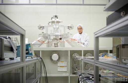 이광철 박사가 KRISS가 개발중인 키블저울을 점검하고 있다-표준과학연구원 제공