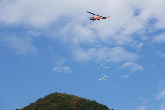 광물자원 항공 전자탐사 시스템. 산악 지역이 많은 한반도 환경에서 운용할 수 있도록 소형 헬리콥터에 자력 센서와 방사능 센서, 전자 센서 등을 탑재했다. - DMR 융합연구단