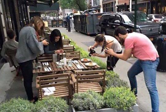 음식 사진 촬영하는 사람들