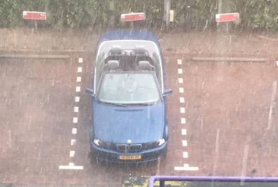 폭우 속에 주차된 '오픈 카'