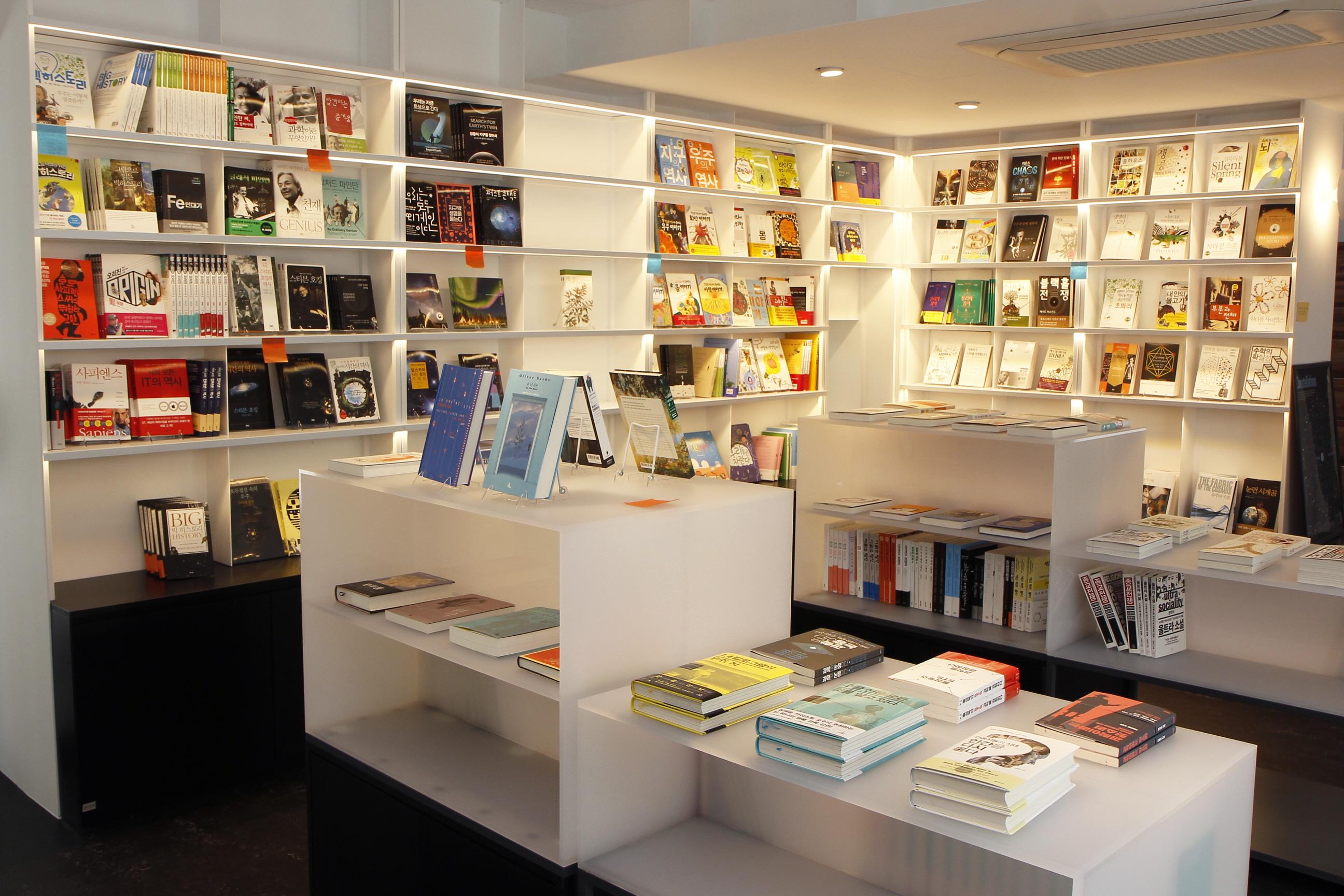 작가별로 책이 진열돼 있는 갈다 1층 서가의 모습.