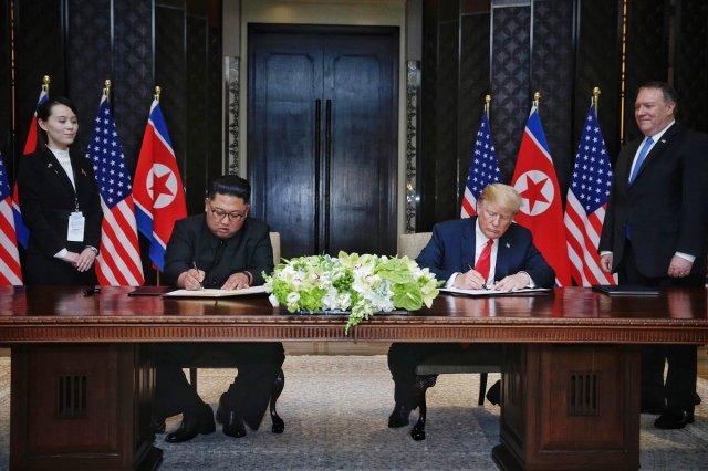6월 12일 북미정상회담을 마친 김정은 북한국무위원장과 도널드 트럼프 미국 대통령이 공동합의문에 서명을 하고 있다. - 동아일보DB