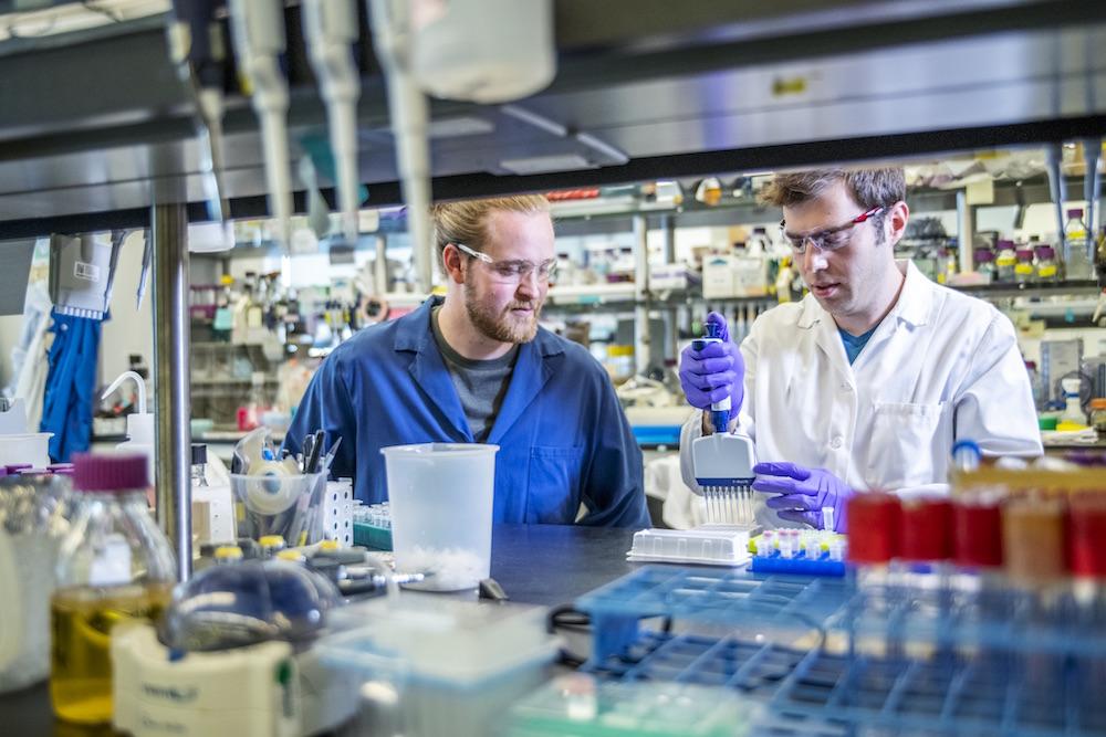 1분에 뉴클레오티드 200개 연결... 키슬링 교수팀 소속 세바스찬 팔룩 연구원(왼쪽)과 그의 동료 대니얼 애로우가 DNA 합성 실험을 진행하고 있는 모습 - Marilyn Chung 제공