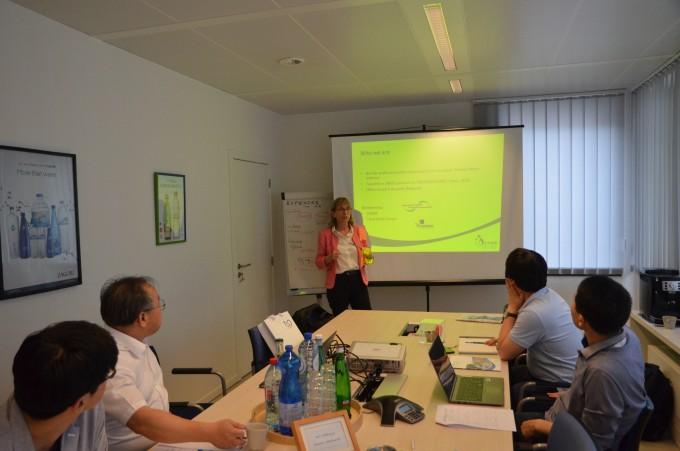 유럽생수연합(EFBW) 관계자들이 한국 수자원 전문가들에게 유럽의 생수 사업 시스템에 대해 설명하고 있다. 전승민 기자 enhanced@donga.com