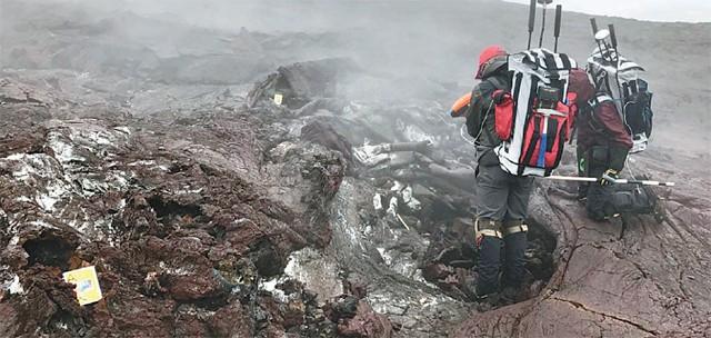 미국항공우주국(NASA) 연구진이 지난해 화성과 가장 유사한 현무암 지대가 있는 미국 하와이 킬라우에아 화산 일대에서 미생물 등 생태계를 조사하고 있는 모습. - NASA 제공
