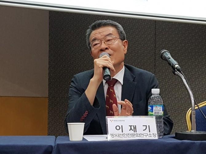 이재기 방사선안전문화연구소장이 라돈관리 대책에 대해 보다 현실적인 방사선피폭선량 측정법부터 마련해야한다고 제안하고 있다- 김진호 기자 제공