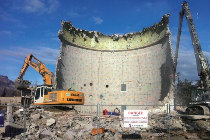 프랑스 원자력 및 대체에너지청(CEA)의 연구용 원자로를 해체하는 모습. 콘크리트 외벽만 일부 남았다. - 과학동아 2017. 8월호 '고리1호기 가동 중단, 방사성 때 어떻게 벗길까' 제공