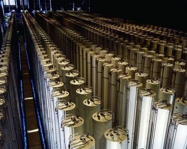 고농축우라늄(HEU)을 제조할 수 있는 가스 원심분리기. 동위원소의 질량차를 이용해 우라늄-238을 걸러내고 우라늄-235를 농축한다 - Nuclear Regulatory Commission
