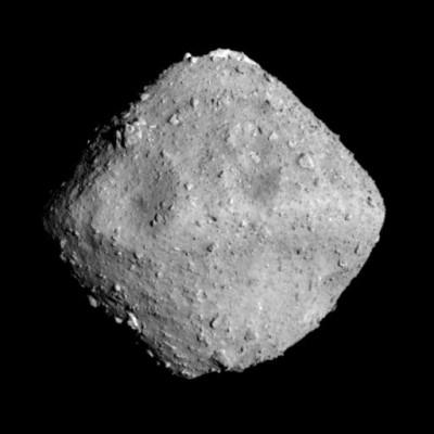 일본의 소행성 탐사선 '하야부사-2'가 26일 망원광학항법카메라(ONC-T)로 소행성 '류구'를 20~30km 거리에서 촬영한 사진. 전체 소행성의 75%를 차지하지만 아직까지 탐사된 적이 거의 없는 C형 소행성이다. 평균 폭은 800m, 장축의 길이는 1km다. - 일본항공우주개발기구 제공