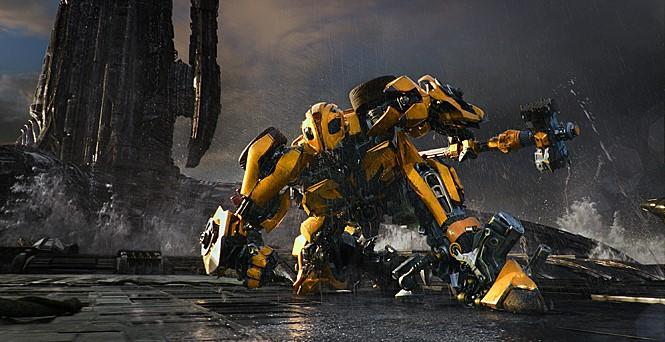 노란 스포츠카로 변신하는 로봇 덤블비의 액션장면