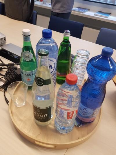 EFBW 회의실에 놓여져 있던 쟁반. 각 회원사가 보내준 생수를 시음하기 위해 마련됐다. 물의 성분에 따라 물맛에 실제로 큰 변화가 있다는 사실을 알 수 있다.