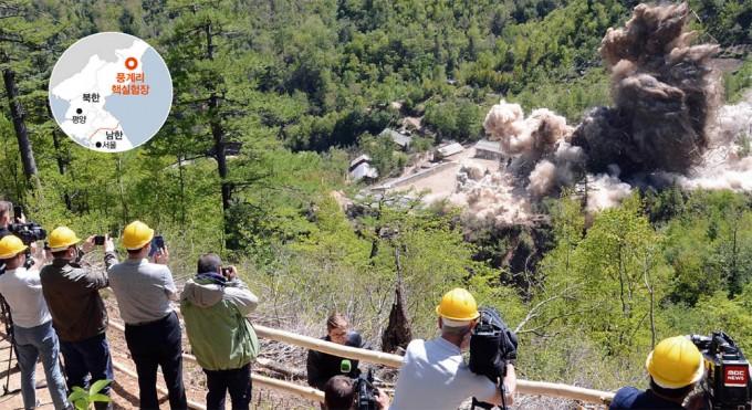 지난해 5월 5개국 기자들이 지켜보는 가운데 북한이 풍계리 핵실험장을 폭파시키고 있다. - 연합뉴스