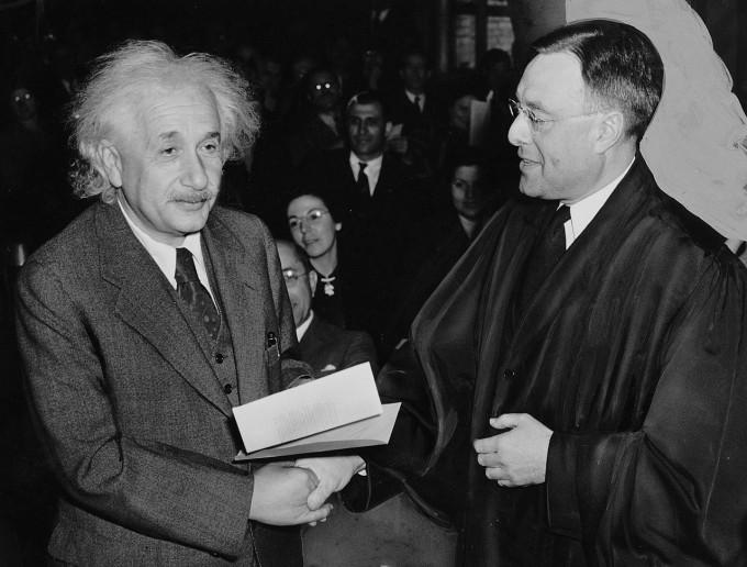 알베르트 아인슈타인(왼쪽)