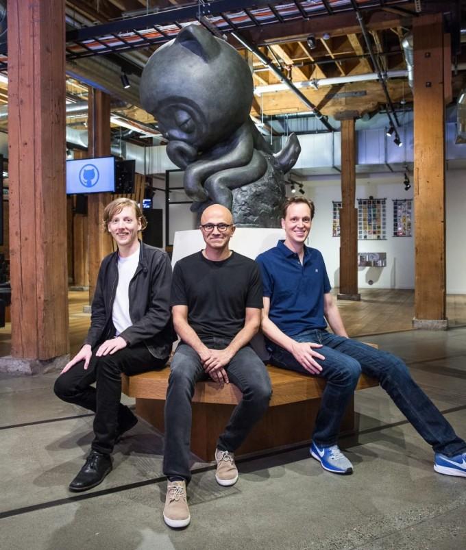 왼쪽부터 크리스 원스트래스 깃허브 CEO, 사티아 나델라 마이크로소프트 CEO, 냇 프리드먼 마이크로소프트 부사장 - 마이크로소프트 웹사이트 제공