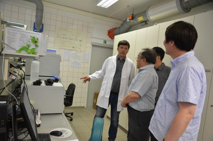 독일연방지질조사소(BGR) 연구진이 한국 과학자들을 대상으로 자국의 지질조사 기법에 대해 설명하고 있다. 하노버=전승민 기자