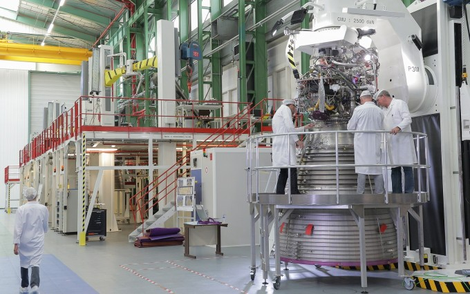 연구원들이 아리안 6에 들어갈 엔진을 조립하고 있다. 아리안스페이스 제공