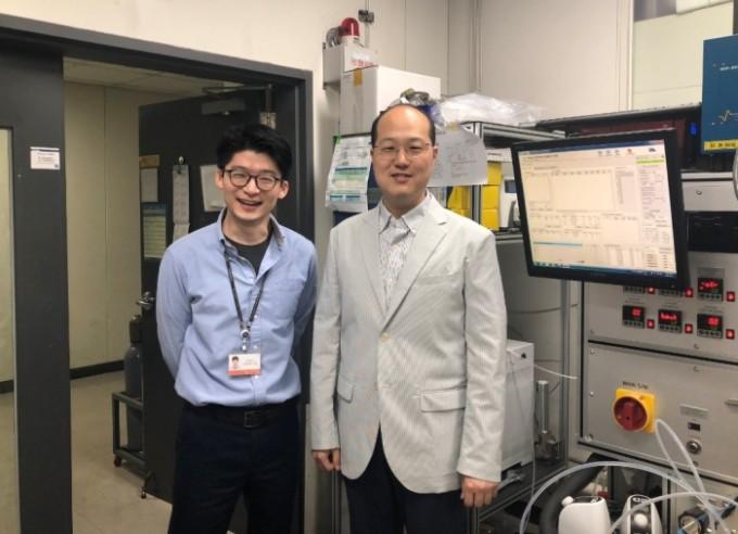 왼쪽부터 한국과학기술연구원 박현서, 장종현 박사. 한국과학기술연구원 제공.