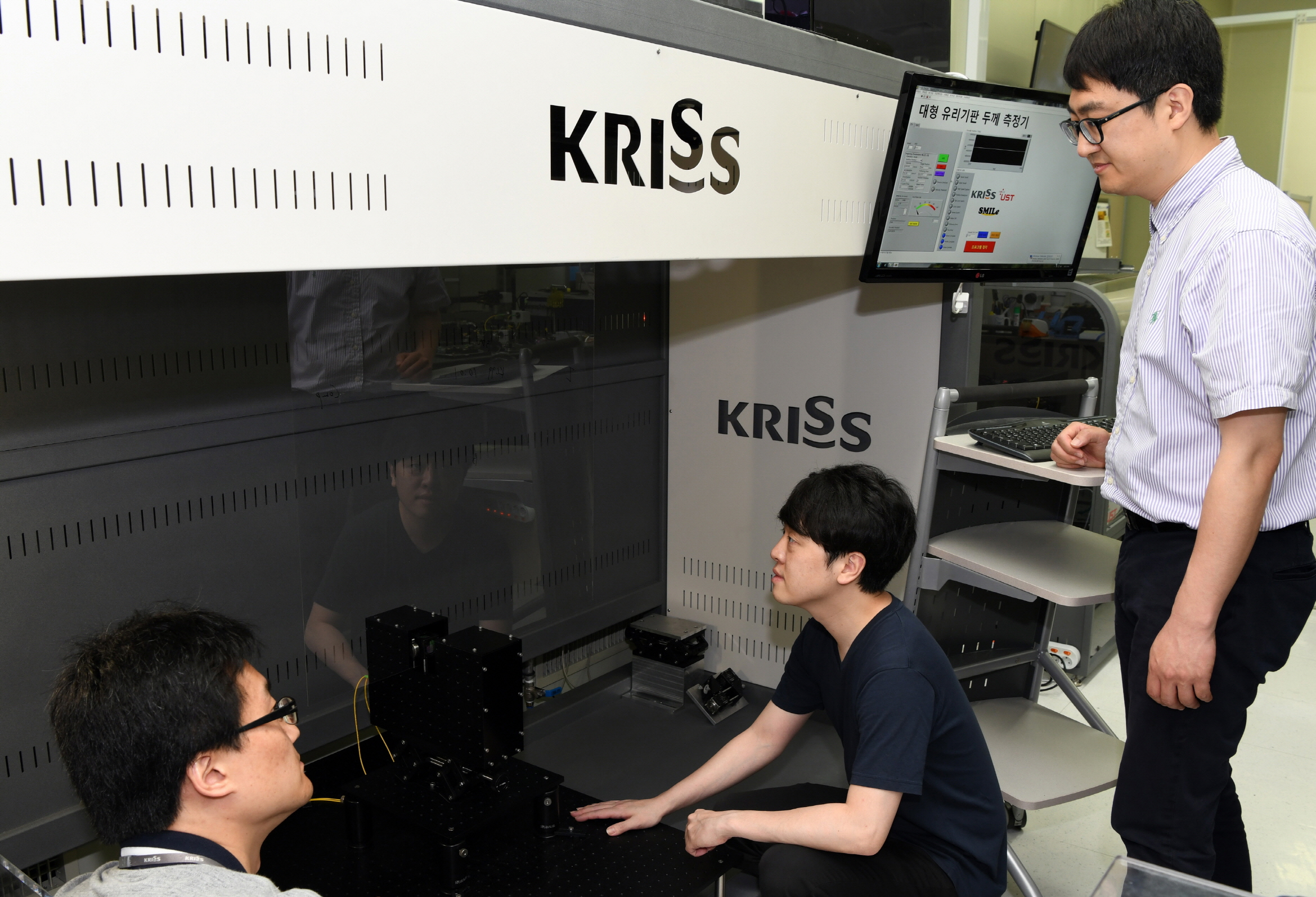 KRISS 진종한 책임연구원(오른쪽 첫번째) 연구팀이  대형 유리기판의 두께와 굴절률을 실시간 측정하고 있다.- 한국표준과학연구원