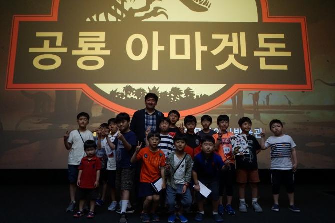 지난달 30일 서울 용산 CGV아이파크몰에서 열린 쥬라기 월드: 폴른 킹덤 특별시사회 참석자들이 기념 촬영을 하고 있다.