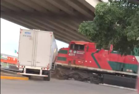 트럭과 충돌하는 기차 '포착'