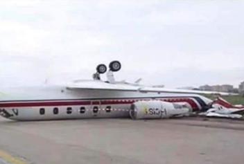 뒤집혀 착륙한 비행기