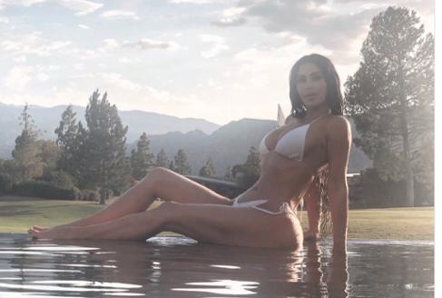 수줍은 미국 모델의 비키니 사진