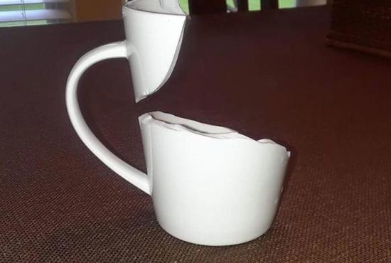 예술적으로 깨진 컵