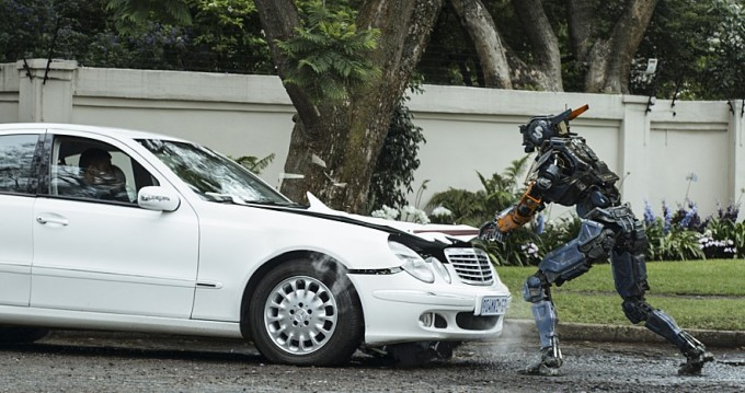 채피는 경찰로봇이지만 지능을 갖게 되면서 도리어 악당들을 도와 범죄에 가담한다. 유니버설픽쳐스인터내셔널코리아