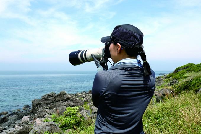 남방큰돌고래 무리의 사진을 찍고 있는 김미연 연구원. - 어린이과학동아 2018년 14호 제공
