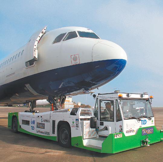 공항을 중심으로 각종 로봇기술이 속속 도입되고 있다. 이스라엘항공우주산업이 개발한 항공기 견인용 자율주행 로봇 '택시봇'. -  이스라엘항공우주산업 제공
