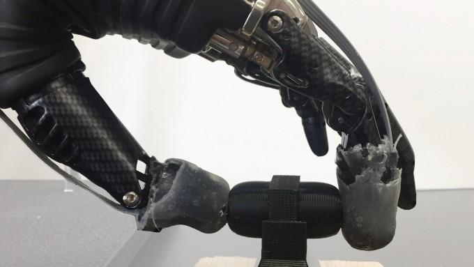 전자의수에 통증을 감지하는 전자피부를 씌운 모습. 전자피부 속 두 가지 압전소자가 촉각과 통각 수용체 역할을 대신한다. - Science Robotics