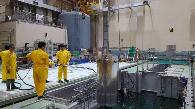 연구용원자로 하나로 수조에서 핵분열 몰리브덴 표적을 캐스크에 담아 인출하고 있다. 한국원자력연구원 제공.