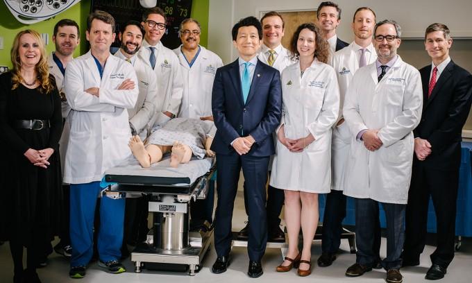 지난 4월 세계 최초로 음경과 음낭 조직 전체를 이식하는 데 성공한 미국 존스홉킨스대 의대 연구진 - Johns Hopkins Medicine