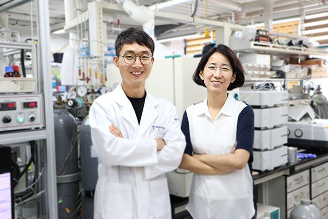 앙상블 촉매 개발을 주도한 정호진 KAIST 박사과정 연구원과 이현주 KAIST 교수. KAIST 제공.