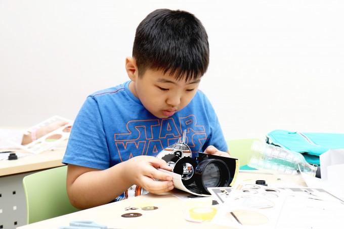 망원경을 조립하고 있는 모습 - 어린이과학동아 제공