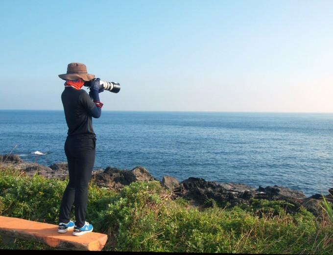 하정주 이화여대 에코크리에이티브협동과정 연구원이 돌고래를 퐐영 중이다. -사진 제공 윤신영