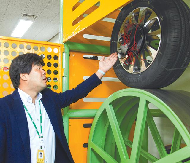 김영철 기계연 책임연구원이 스마트 타이어 원리를 소개하고 있다. -한국기계연구원 제공
