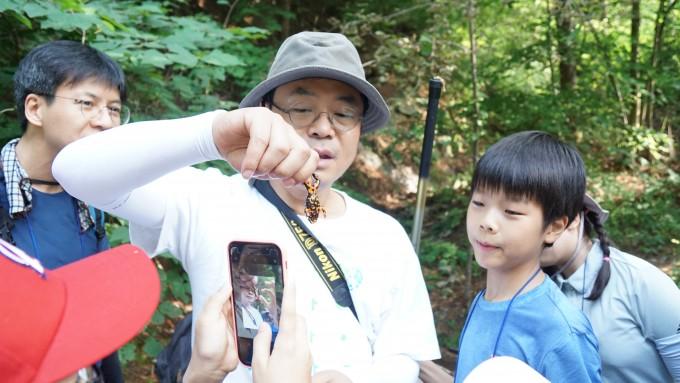 숲속 개울에서 만난 무당개구리는 경고를 뜻하는 붉은 빛깔과 독이 특징이다. 무당개구리의 독은 치명적이지 않아, 만진 뒤에는 입이나 눈에 손을 대지 말고 바로 물로 씻으면 된다.